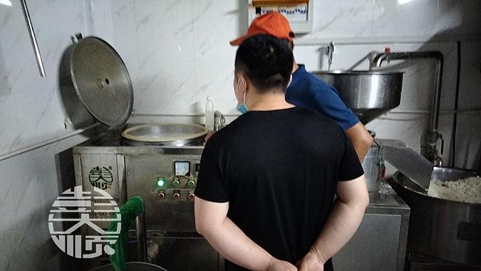 用小型豆腐机生产豆腐现场